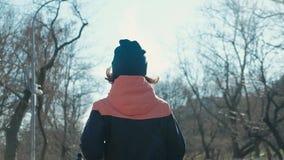 Slank färdig ung kvinna som utomhus kör eller joggar över kamera Lowen metar beskådar arkivfilmer