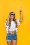Slank flicka för sommar som pekar upp Royaltyfria Bilder