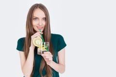 Slank flicka med citronvatten Arkivfoto