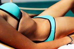 Slank flicka som solbadar på strandnärbilden som är horisontal Royaltyfri Foto