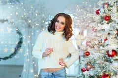 Slank jong meisje dichtbij de Kerstboom Stock Fotografie