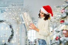 Slank jong meisje dichtbij de Kerstboom Royalty-vrije Stock Afbeelding