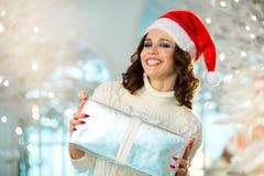 Slank jong meisje dichtbij de Kerstboom Royalty-vrije Stock Foto