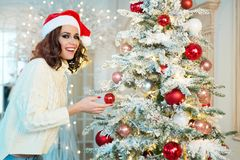 Slank jong meisje dichtbij de Kerstboom Stock Foto
