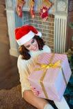 Slank jong meisje dichtbij de Kerstboom Stock Afbeelding