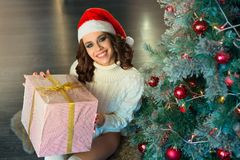 Slank jong meisje dichtbij de Kerstboom Royalty-vrije Stock Fotografie