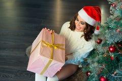 Slank jong meisje dichtbij de Kerstboom Royalty-vrije Stock Afbeeldingen