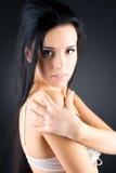 slank kvinna för brunettstående arkivbild