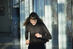 Slank lichaam van een vrij jonge vrouw die zwarte jeans dragen royalty-vrije stock afbeeldingen