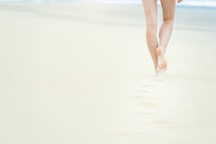Slank meisje die in wit zwempak aan oceaan lopen Royalty-vrije Stock Foto's