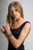 Slank meisje in zwarte kleding Stock Afbeelding