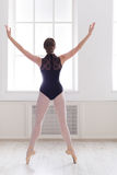 Slank och behagfull ballerina i ljus korridor arkivfoto