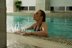 Slank sexig blondin i blå behåstående Fotografering för Bildbyråer