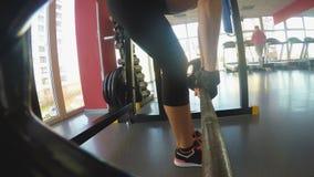 Slank spiermeisje die deadlift in gymnastiek pompende spieren, duurzaamheid en sterkte doen stock footage