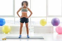 Slank sportive ung kvinna i idrottshall arkivbilder
