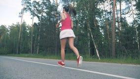 Slank sportvrouwbegin die in het bos in langzame motie aanstoten Gezond levensstijlconcept stock footage