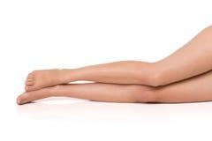 Slanka och attraktiva ben av den härliga kvinnan på vit bakgrund Royaltyfri Fotografi
