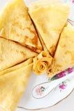 Slanka pannkakor på ett porslin pläterar Royaltyfria Bilder