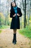 Slanke donkerbruine vrouw die in een park loopt Stock Afbeeldingen