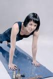 Slanke donkerbruine vrouw die yoga doen Stock Foto's