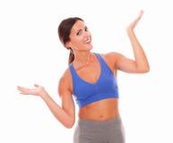 Slanke jonge vrouw die beide palmen met vitaliteit opheffen stock foto's