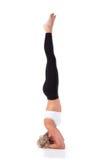 Slanke jonge vrouw die yoga doet Saldo op het hoofd Royalty-vrije Stock Foto's