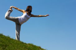Slanke jonge vrouw die yogaoefening doen. Stock Fotografie