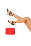 Slanke lange sexy vrouwenbenen in highheels met het winkelen zak. Het winkelen concep stock afbeeldingen