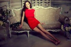 Slanke in, luxueus, maniervrouw in het uitstekende binnenland van Lux Royalty-vrije Stock Afbeeldingen