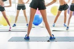 Slanke meisjes in lichte gymnastiek Stock Foto