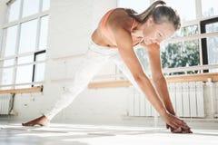 Slanke sportvrouw opleiding voor het houden van perfect lichaam stock afbeeldingen