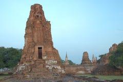 Slant alte Ruinenpagode Stockbilder