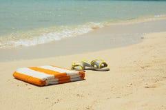 Slantsy van strand en handdoek bij een overzees. Royalty-vrije Stock Afbeelding