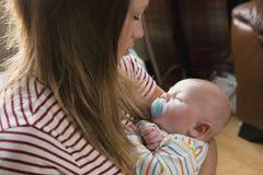 Slapen Pasgeboren in Moederswapens stock fotografie