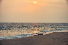 Slapend onder de zon, Kovalam, Kerala, India Royalty-vrije Stock Foto's