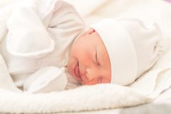 Slaperig babyclose-up in een babywieg royalty-vrije stock fotografie