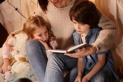 Slaperig kinderen het luisteren sprookje stock afbeeldingen