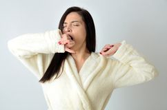 Slaperig meisje in beige peignoir stock foto's