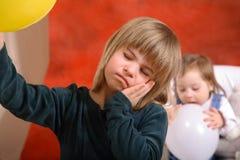 Slaperig Meisje en Actieve Baby Royalty-vrije Stock Fotografie