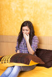 Slaperig meisje holdin een hoofdkussen Stock Foto