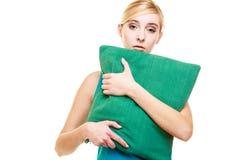 Slaperig vermoeid blondemeisje met groen hoofdkussen royalty-vrije stock foto's
