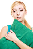 Slaperig vermoeid blondemeisje met groen hoofdkussen stock afbeeldingen