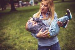 Slaperige baby Dag op weide royalty-vrije stock foto