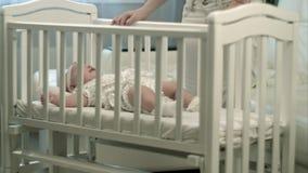 Slaperige baby in de voederbak stock fotografie