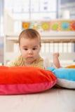 Slaperige baby op playmat Stock Fotografie