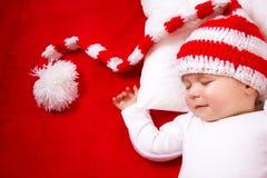 Slaperige baby op rode deken Royalty-vrije Stock Foto's