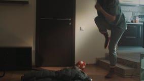Slaperige jonge meisjesstruikelingen in het liggen in het rek van woonkamerkleren stock videobeelden