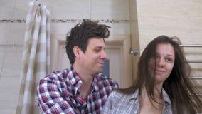 Slaperige paarman en vrouw in de badkamers met proberen te ontwaken en kater die glimlachen stock footage