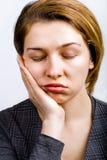 Slaperige vrouw die zeer bored en vermoeid kijkt royalty-vrije stock foto's
