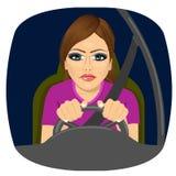 Slaperige vrouwelijke bestuurder die weg terwijl het drijven sluimeren vector illustratie